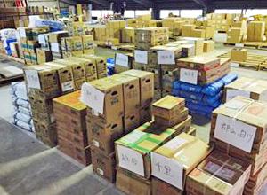 支援物資の入ったダンボールが倉庫に山積みされている様子